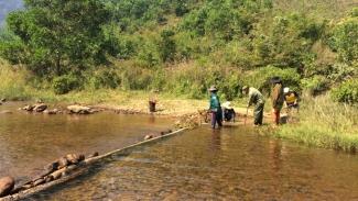 Người Cơ Tu ngăn sông bắt cá